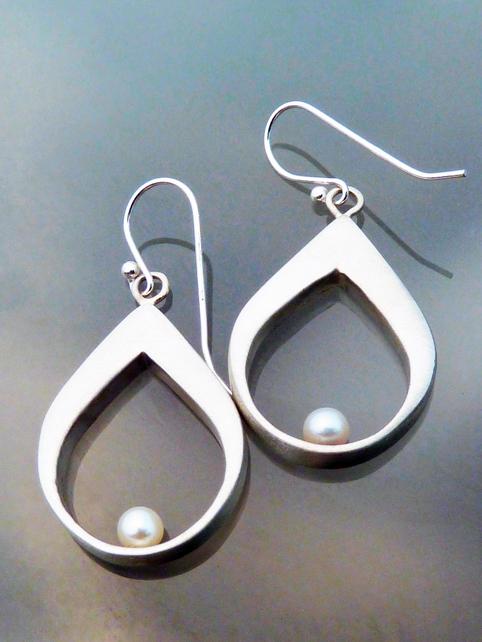 pearl tear earring